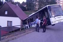Zaparkovaný autobus sjel ze zastávky po svahu do rodinného domu.