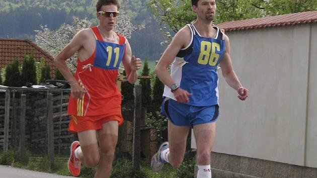 Ještě v druhém kole z celkových šesti držel písecký Jiří Csirik (vlevo) krok, ale pak už Michal Háša (vpravo) bojoval jen s časem.