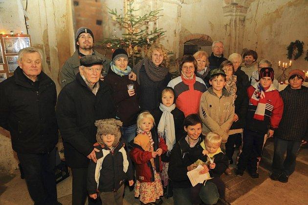 LIdé zpívali koledy v kostele sv. Vavřince v Klení.