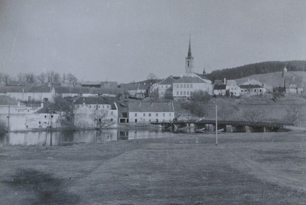 Frymburk v 50. letech 20. století na snímku Josefa Junka. Na snímku je hostinec u mostu.