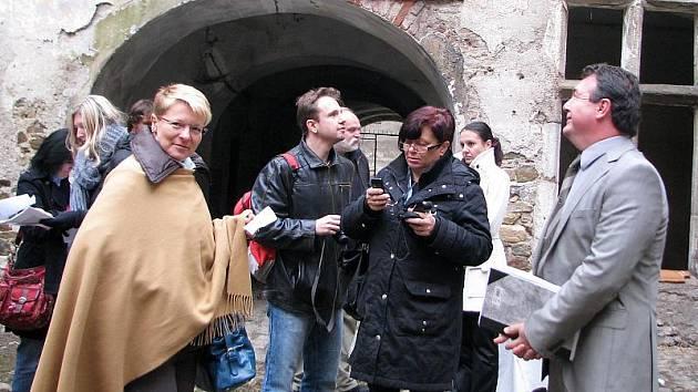 Foto z tiskové konference v areálu krumlovských klášterů.