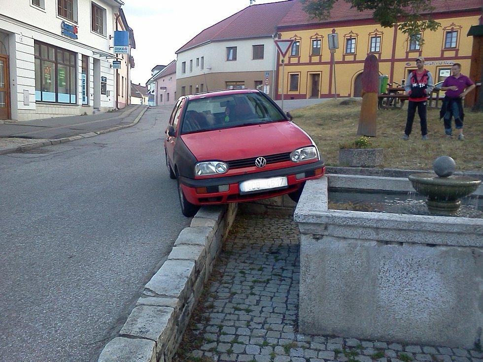 Na kašnu ve Velešíně přistálo auto.
