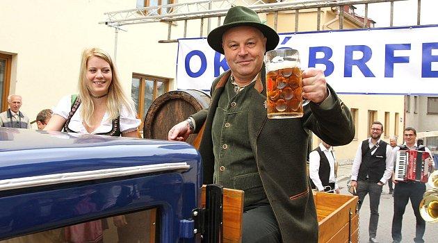 Průvod a slavnostní naražení sudu piva na Októbrfestu v Kaplici.