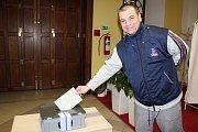 Dvě členky volební komise z Chvalšin se vydaly v sobotu dopoledne s přenosnou volební urnou do blízké Psychiatrické léčebny v Červeném Dvoře. Tam se do prezidentské volby zapojilo 39 pacientů.
