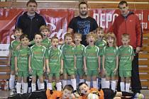 Bez ztráty jediného bodu prošly turnajem Depo Cupu nejmladších přípravek naděje pořádajícího českokrumlovského Slavoje (na společném snímku hráči obou týmů 08 a 09).