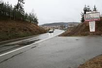 Silnice z Českého Krumlova vedoucí směrem na Kájov, kde včera v noci ozbrojený lupič přepadl  taxikáře, který se bránil se zbraní v ruce.