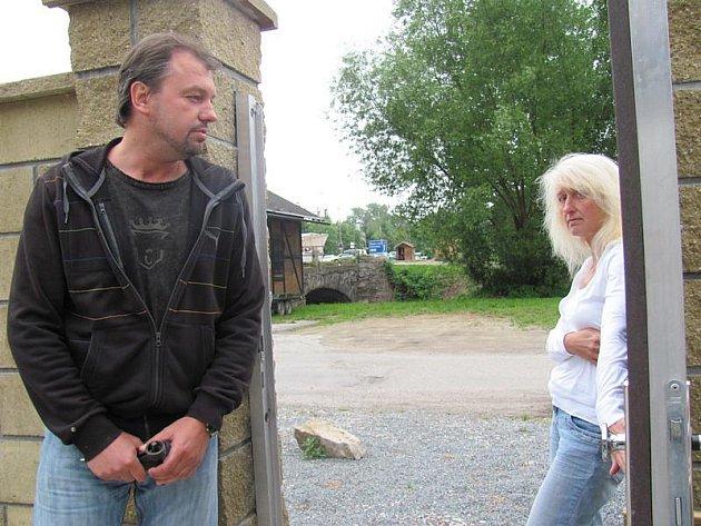 Manželé Sváčkovi u svého domu s průhledem na historický mostek na Chvalšinské.