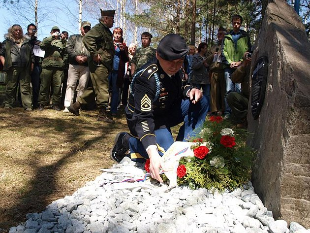 Nově odhalený pomník připomínající válečné osudy amerických vojáků ve Zdíkách na Kaplicku.
