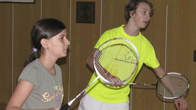 Už i v kategorii juniorů se prosazují křemežští žáci Petr Beran a Zuzana Matoušková (na snímku z domácích kurtů při společně hrané smíšené čtyřhře).