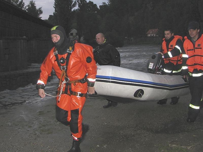 Hasiči hledali vodáka, který zmizel ve Vltavě, až do noci.