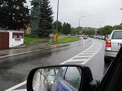 Kolona aut na českokrumlovské Chvalšinské ulici se během víkendu táhla z jednoho konce města až na druhý, ke kruhovému objezdu u Tovární ulice.