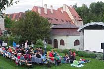 Letní kino v klášterní zahradě.