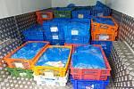 Z dodávky s jihočeskou SPZ bez chladícího zařízení Turci překládali kuřecí maso do dodávky s chlaďákem s rakouskou SPZ.