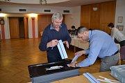 Krátce před 14. hodinou předseda volební komise v Křemži Václav Bürger a Jan Boršovský (zleva) úředně zapečetili volební schránku.