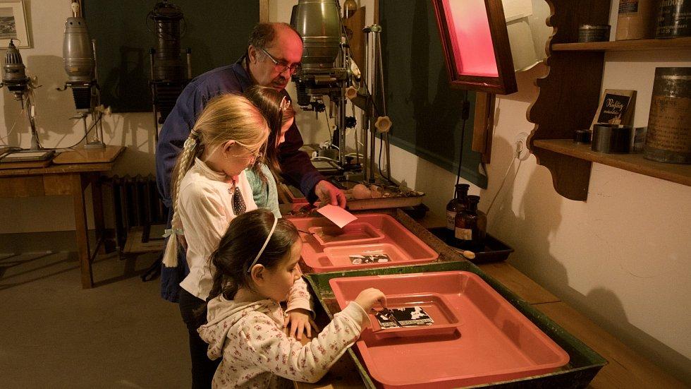 Děti se dozví, jak se vyvolávají fotografie v temné komoře.