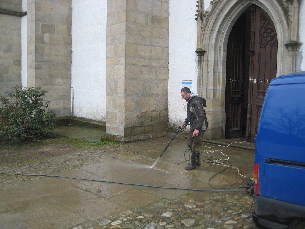 Farníci pomohli klášteru uklízet.