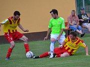 OP muži - 22. kolo: Sokol Chvalšiny (žlutočervené dresy) - Hraničář Malonty 4:5 (3:1).