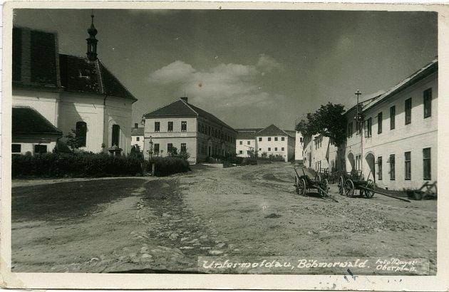Okénková pohlednice Dolní Vltavice – ulice, železný most přes Vltavu, kostel sv. Linharta. (Autor neuveden, odesláno 26.8.1906).