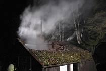 V noci shořela chatka v Dolní Vltavici.