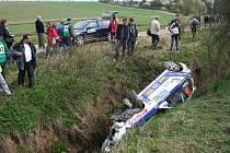Jiří Sojka se Zbyňkem Pilsem se na trati vyškovské soutěže nestačili ani ohřát a hned na první rychlostní zkoušce skončili po havárii v potoce.