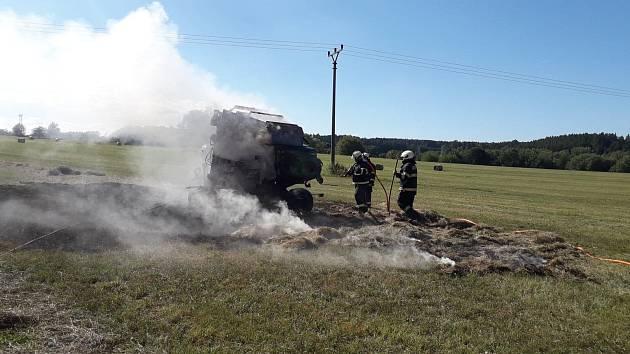 Požár z balíkovače se šířil i na strniště, hasičům se podařilo ho rychle zkrotit.