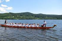 Ze závodů Dračích lodí se stává lipenský fenomén. První řádný ročník navštívilo 600 závodníků a zhruba stejný počet diváků.