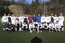 Bezmála třicítka bývalých i stále ještě aktivních hráčů se sešla na krumlovské umělce při tradičním silvestrovském fotbálku příznivců pražských S (na společném snímku vítězní sparťané v černobílé kombinaci, slávisté v bílém).