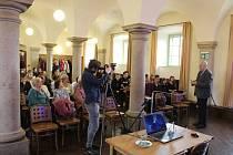 Historik Václav Bůžek, rodilý Krumlovák, měl ve Sloupové síni Studijního centra na zámku přednášku Jakou řečí mluvil slon na císařském dvoře Maxmiliána II.