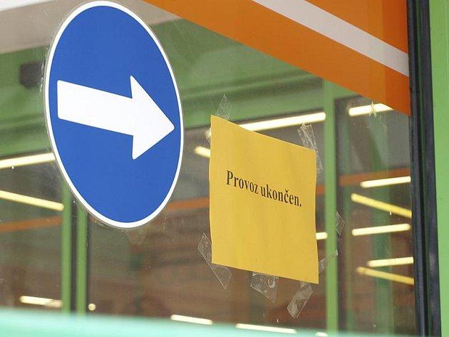 Namísto regálů plných zboží teď v kaplickém supermarketu Tip vítá zákazníky cedule s všeříkajícím oznámením.