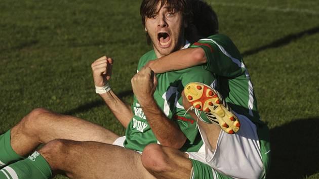 Jednoznačně ústřední postavou jihočeského derby byl krumlovský stoper Michal Klivanda (na snímku v objetí Martina Špáta), který se takto ve 44. minutě radoval ze své první trefy.