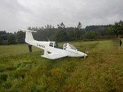 Pilotovi se nic nestalo, ale letadlo bylo třeba dostat z měkkého terénu.