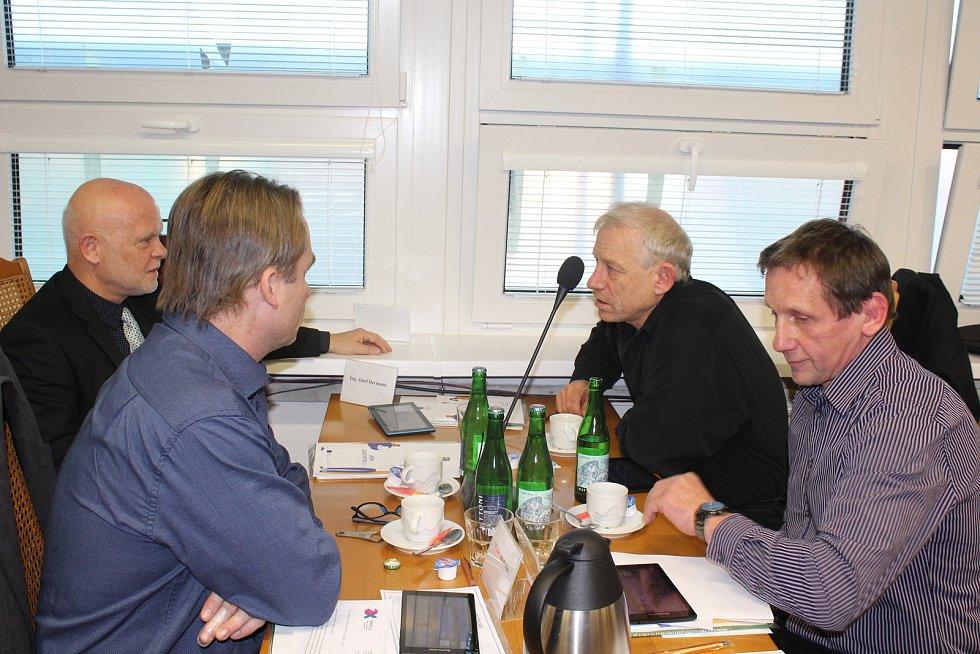 Zleva: 1. místostarosta města Josef Hermann a zastupitelé Jiří Klosse, Jan Vorel a Jiří Bloch.