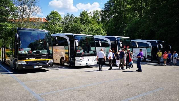Na nový bus stop A jezdí od soboty většina zájezdových autobusů, turisté tak nemusí přes hlavní silnici.