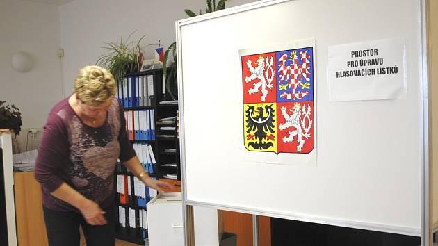 Volební místnost v Přední Výtoni už je připravena. Na snímku dosavadní starostka Regina Houšková.