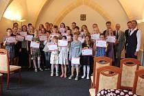 Setkání úspěšných žáků Základní školy Velešín se starostou Josefem Klímou.