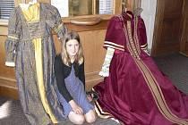 Josefína Holcová z Českého Krumlova čeká v divadle na svou sestru. Tyto kostýmy jsou nově ušité na obě děvčata.