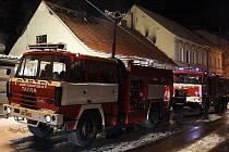 Do Kaplice vyjeli profesionální i dobrovolní hasiči. Ilustrační foto.