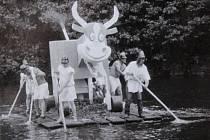 Plavba kuriózních plavidel ve Vyšším Brodě 2. července 1988.