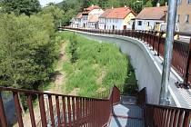 Silnice včetně opěrné zdi v ulici u U Jáníčka v Křemži už je defacto hotová.