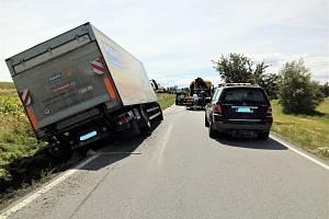Nákladní automobil skončil v příkopu silnice u Dolního Třebonína.