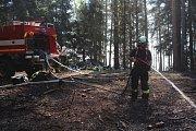 V místě požáru téměř celou sobotu hasiči požár hektarového kusu lesa dohašovali.