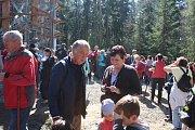 Stovky lidí si nenechaly ujít otevření nové rozhledny na Hradišťském vrchu.