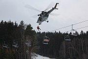 Vojenští piloti vrtulníku cvičili společně s hasiči na Lipně záchranu osob z lanovky.