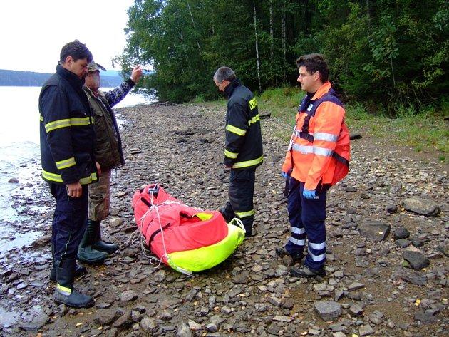 První k postiženému přijeli hasiči na malém člunu.