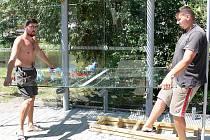 Pracovníci specializované firmy ze Zlína v těchto dnech dokončují instalaci tvrzených skel, které tvoří plášť nových autobusových zastávek.