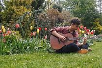 Jakub Vaclík hraje brigádně jako pouliční umělec v Českém Krumlově v rámci Mezinárodního hudebního festivalu.