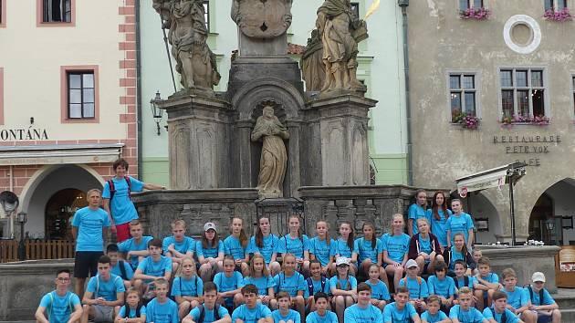 Tradičního srpnového kempu v Českém Krumlově se zúčastnila padesátka badmintonových nadějí z Česka, Slovenska a Nizozemí (na společném snímku).
