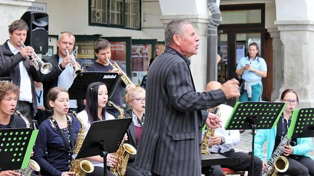 Krumzušband ZUŠ Český Krumlov pod vedením Pavla Hlaváče, zpívala Michaela Moučková.