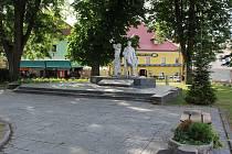 """""""Současné povrchy náměstí jsou z různých materiálů a období. My je chceme nyní sjednotit,"""" říká starosta Jiří Hůlka."""