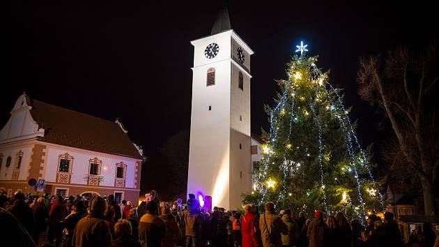 Charitativní trh a rozsvícení stromu ve Velešíně.